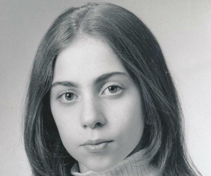 mujer cabello castaño con cuello