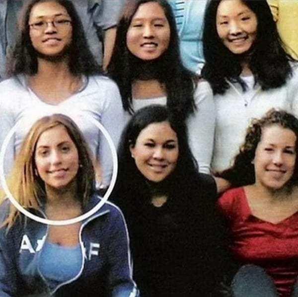 mujer rubia junto a estudiantes