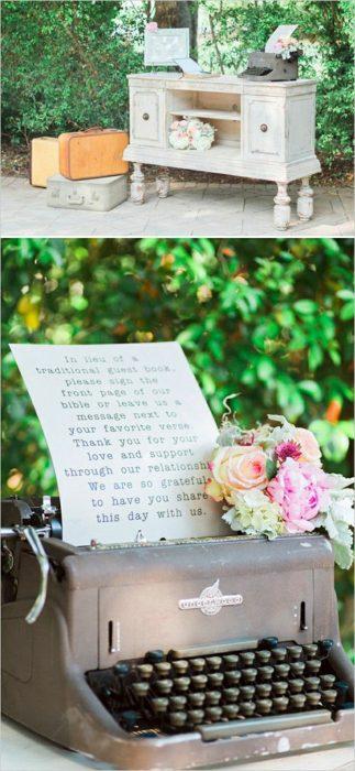 maquina de escribir con flores maletas y mueble