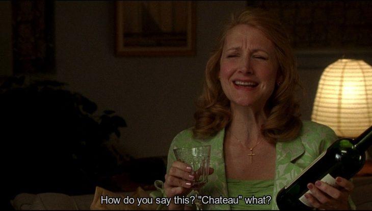 mujer con vino y copa con ropa verde