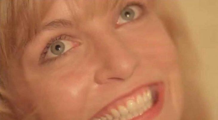 mujer rubia con ojos azules sonriendo