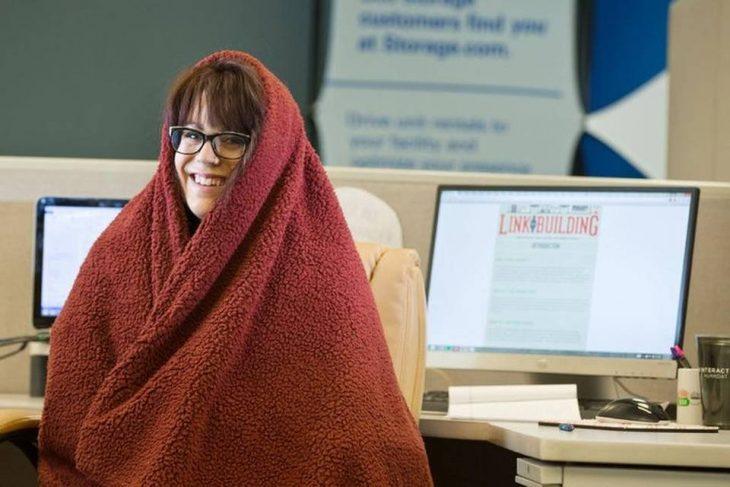 mujer con lentes y cobija roja