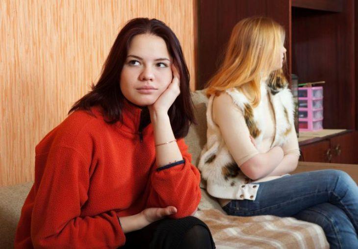 amigas discutiendo en casa