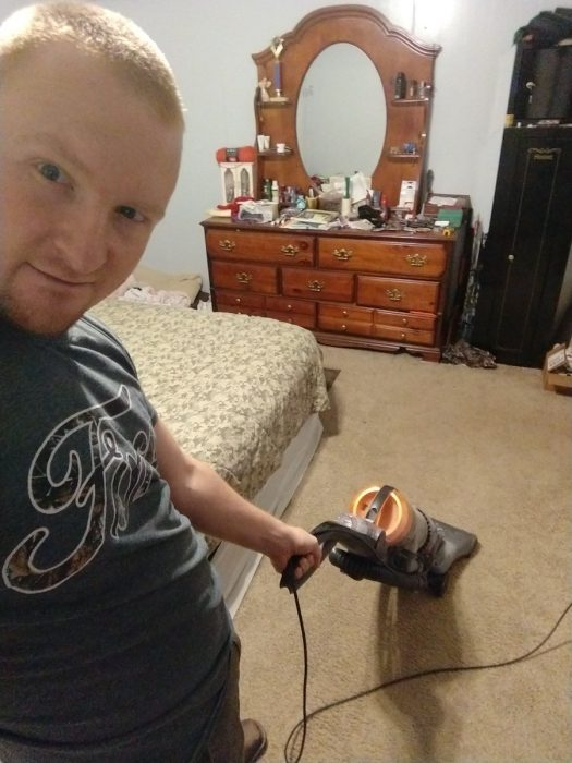 Esposo le manda fotos a su mujer haciendo el quehacer, hombre aspirando