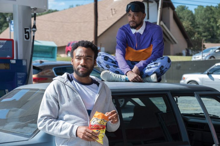 hombres recargados sobre un auto