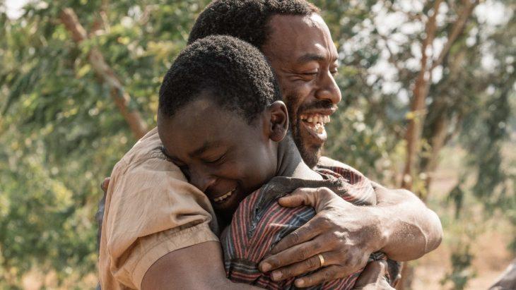 hombre abrazando a un niño