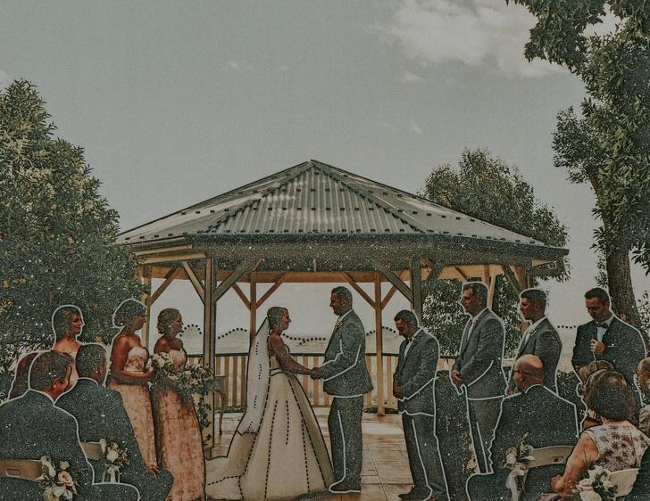Pareja de novios recibiendo votos de matrimonio