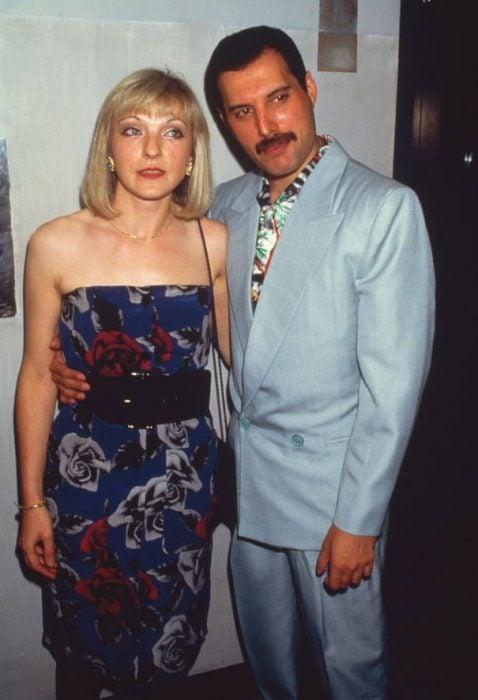 Freddie Mercury junto a Mary Austin en su vida diaria