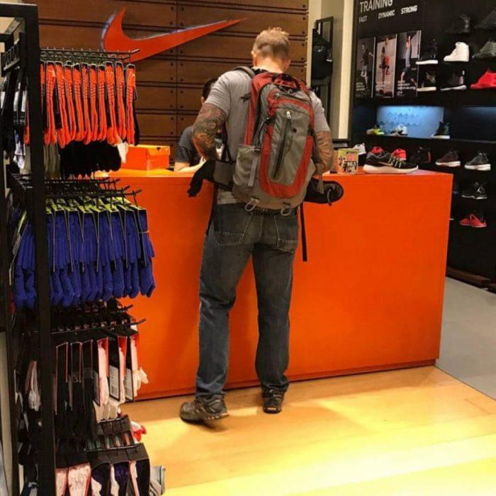 Hombre en el mostrador de una tienda de zapatos