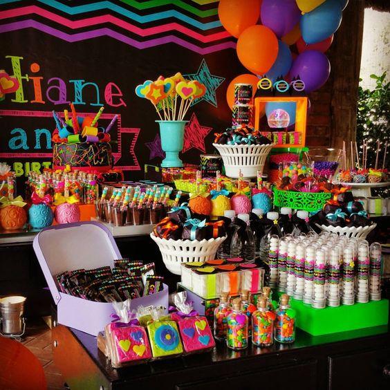 mesa de dulces en tonos neón