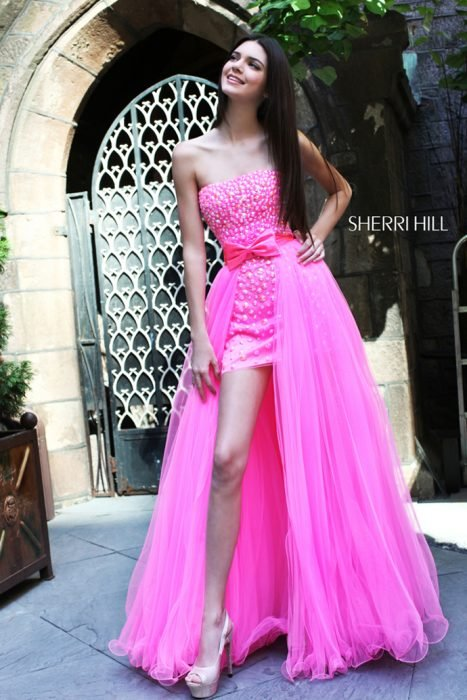 chica usando vestido fluorescente