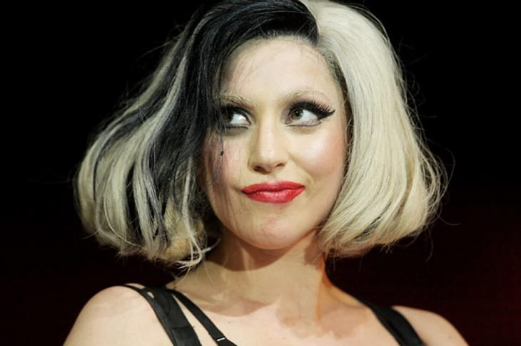mujer rubia con cabello negro y rubio