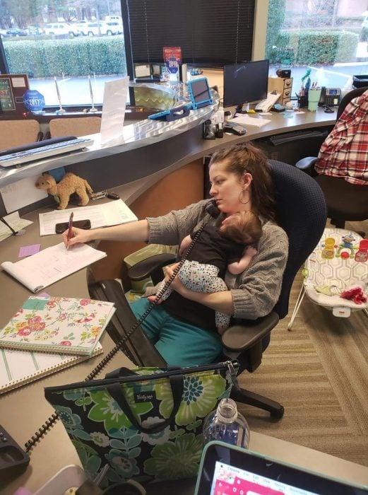 Mamá cargando a su bebé recién nacida mientras trabaja en la oficina se vuelve viral en redes sociales