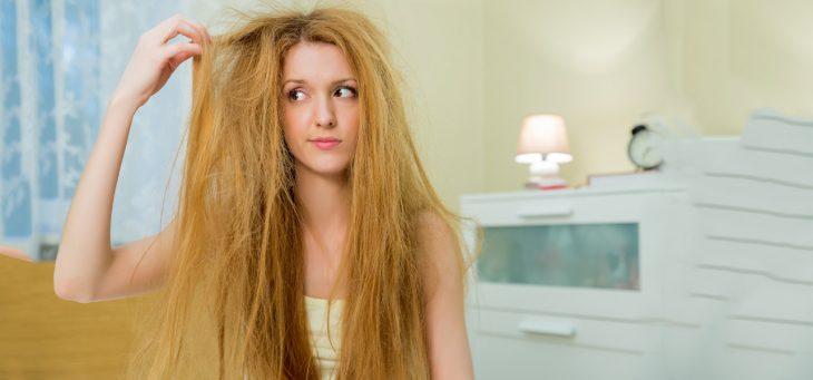 chica con cabello con frizz