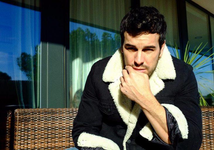 Chico sentado con abrigo afelpado