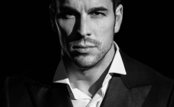 Hombre con camisa blanca en blanco y negro