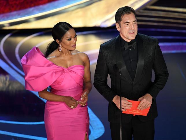 hombre sosteniendo un sobre rojo entre sus manos