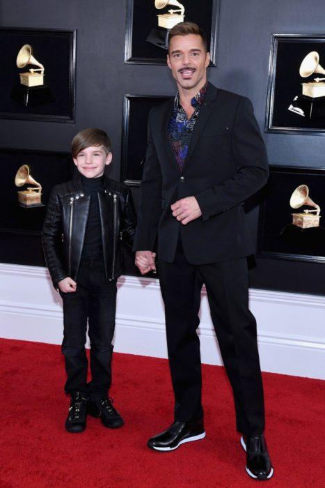 papá e hijo usando ropa del mismo color
