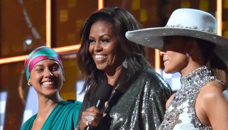 mujer sonriendo y hablando por micrófono