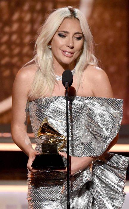 Lady Gaga sosteniendo un premio