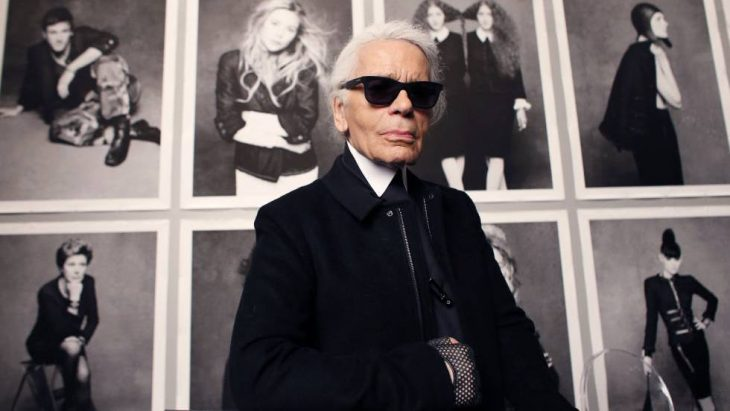 Karl Lagerfeld posando para una fotografía
