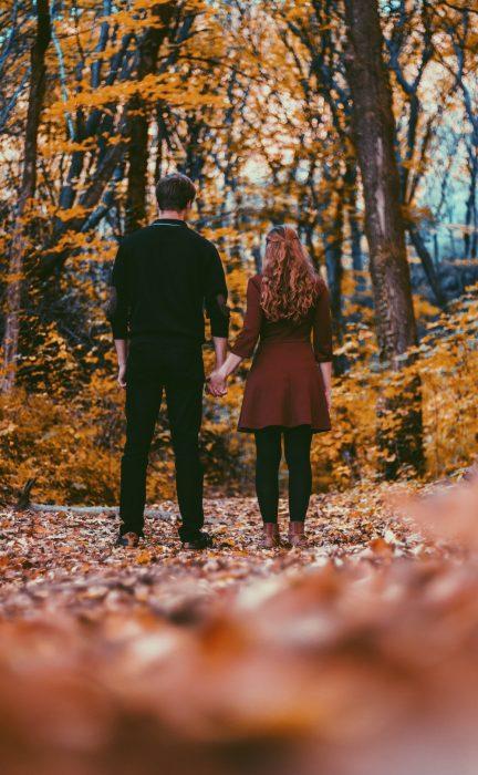 pareja de novios paseando en el bosque