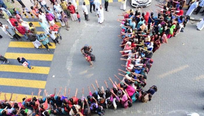 mujeres formando una vaya humana