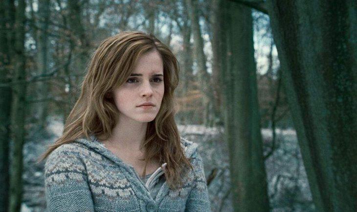 chica en medio del bosque