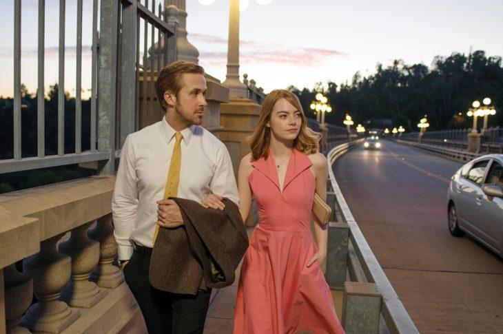 pareja caminando tomados de la mano