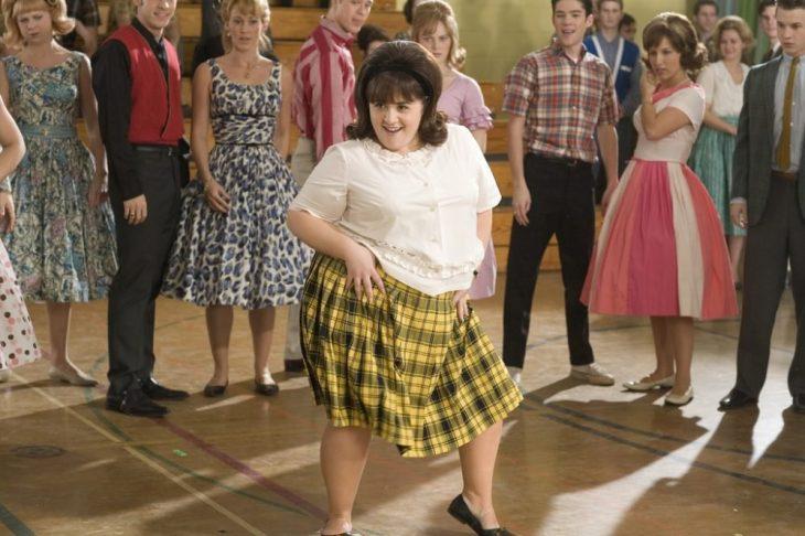 chica bailando a mitad de pista