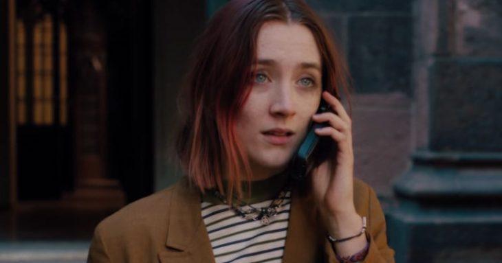 chica llamando por telefono