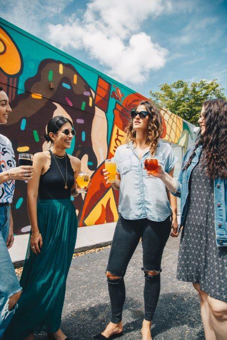 grupo de amigas bebiendo en una fiesta