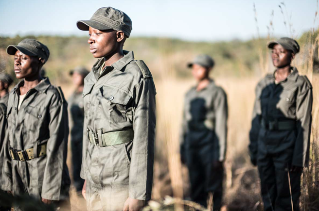 Mujeres vestidas con atuendos militares entrenando para proteger animales en África