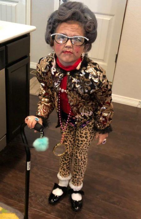 Niña disfrazada de viejita para celebrar los 100 días del ciclo escolar y se inspira en Yetta Rosenberg