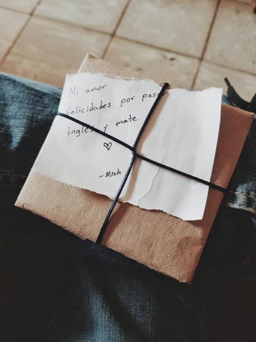 Novio le da regalos sencillos a su novia para hacerla sentir especial
