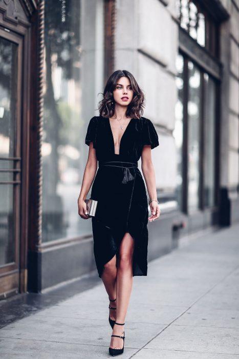 Mujer castaña con vestido negro de terciopelo
