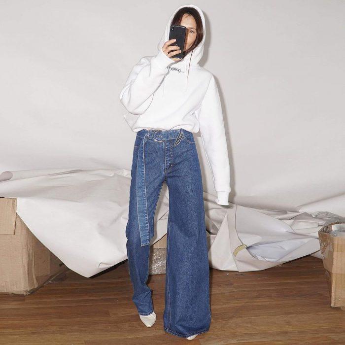 Diseñadora de modas crea un pantalón de mezclilla asimétrico
