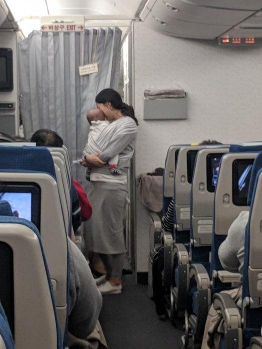 Madre y su bebé viajan en avión y regalan dulces y tapones de oídos