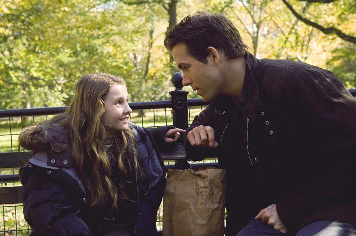 hombre llevando a su hija al parque