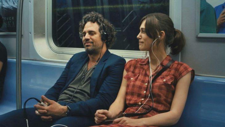 amigos viajando en metro
