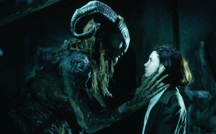 niña viendo a un monstruo en su cuarto