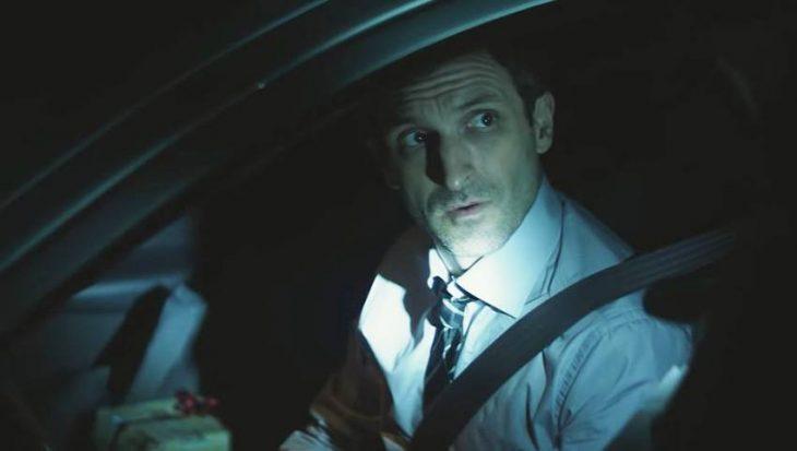 hombre conduciendo un auto de noche