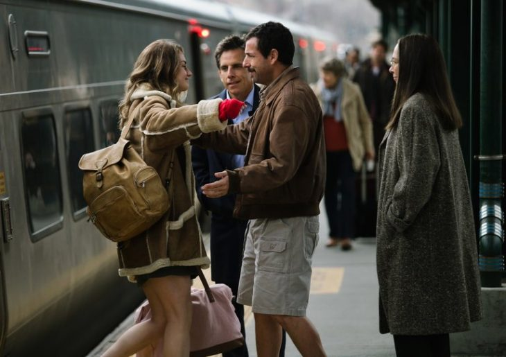 grupo de amigos abrazándose en la estación de tren