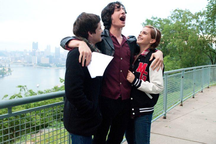 amigos celebrando sobre un puente
