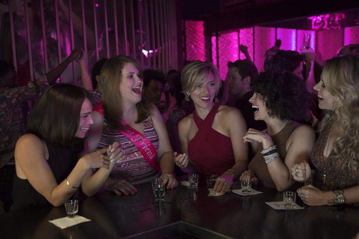 Grupo de amigas en un bar
