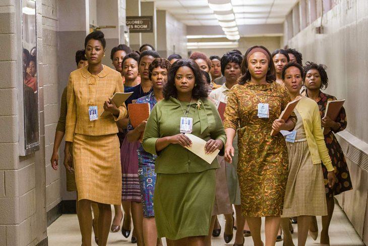 chicas caminando por un pasillo