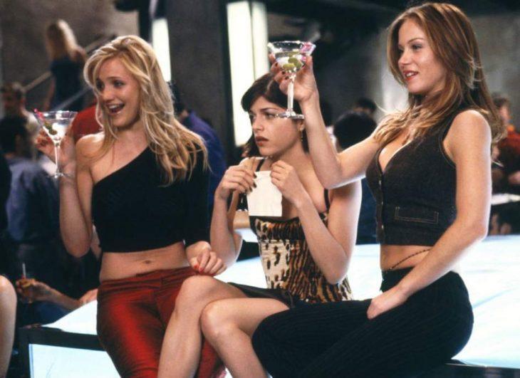 grupo de amigas bailando en un bar