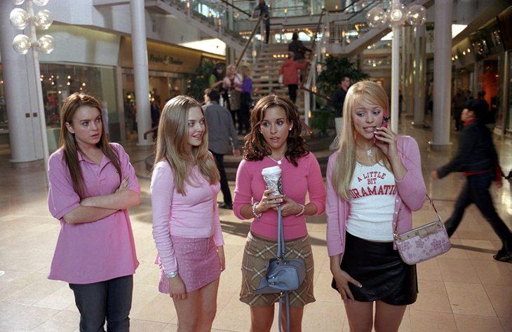 chicas de paseo en el centro comercial