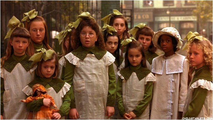grupo de niñas llevando uniforme verde