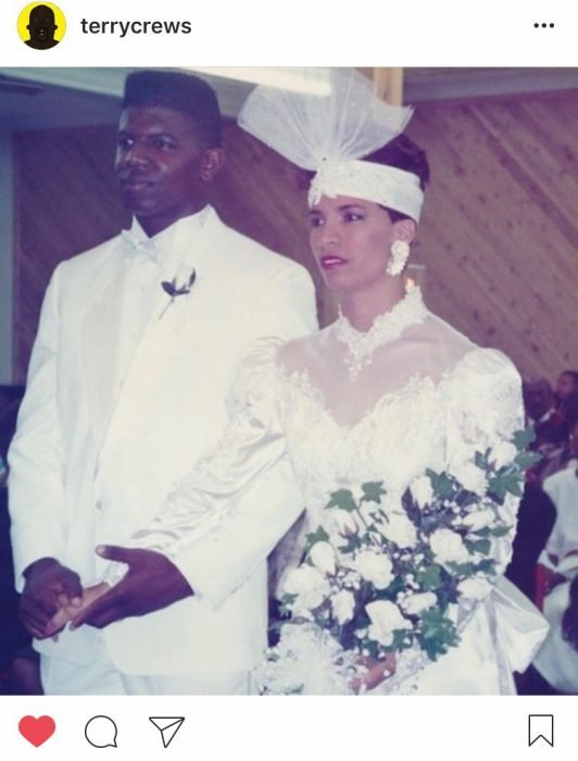 Pareja de novios casados por la iglesia